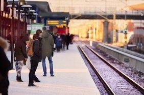 Wartende Pendler am Bahnsteig