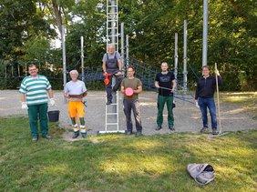 Vorsitzender des DGB Hessen Thüringen steht mit Beschäftigten des Umwelt- und Gartenamtes der Stadt Kassel vor einem Klettergerüst