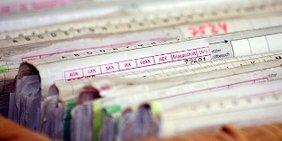 Aktenschrank mit Patientenakten und Karteikarten