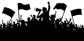 Kruppe von Leuten mit Fahnen und Mikrofon protestieren/streiken