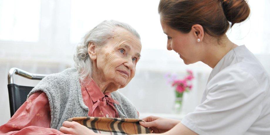 Weibliche Krankenschwester ältere Frau