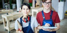 Zwei Auszubildende in einer Werkstatt