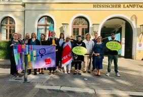 DGB Frauen vor der Hessischen Landtag in Wiesbaden