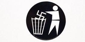 Nazisymbol in der Mülltonne