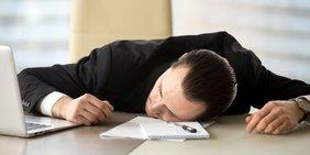Teaser Arbeitsmarkt Personalreport Mann erschöpft