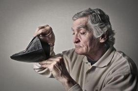 Rentner schaut in leeres Portmornee