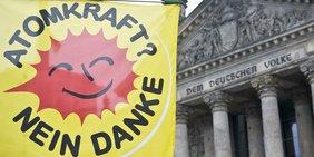 Anti-Atomflagge vor dem Berliner Reichstag