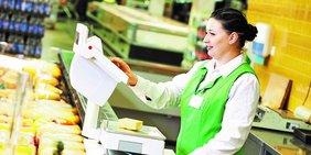 Beschäftigte an einer Käsetheke im Supermarkt