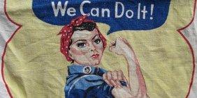 """arbeitende Frau die die Ärmel hoch krempelt mit einer Spruchblase """"We Can Do It!"""""""