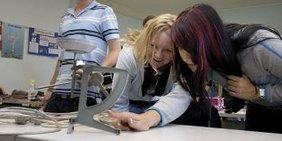 Jugendliche in der Schule experimentieren