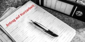 Antrag auf Kurzarbeit, Stift liegt auf Formular, Aktenordnerer unscharf in Hintergrund