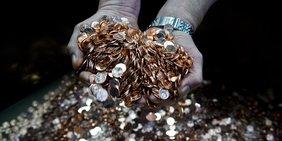Münzen - Mit vollen Händen ins Geld