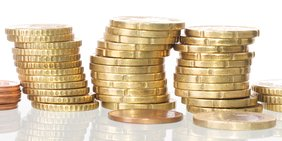 gestapelte goldene Geldmünzen