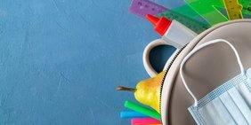Tasche mit Linialen, Stiften und Mundschutz