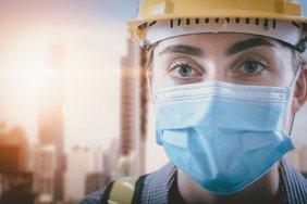 Bauarbeiterin mit Schutzmaske