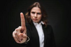 Frau schüttelt ermahnend mit dem Zeigefinger