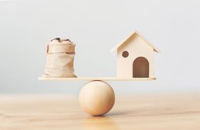 Waage die Finanzen und haushalt balanciert