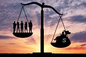 Teaser Arm Reich Armut Spaltung Waage Ungerechtigkeit