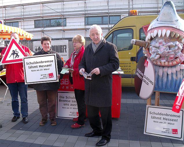 Auch Bürgermeister Rohrbach informierte sich am Stand des DGB Ortsverbands Weiterstadt