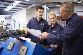 Weiterbildung und bessere Bezahlung für Fachkräfte gefordert