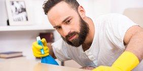 Mann sauber reinigen putzen