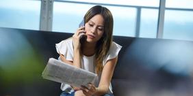 Junge Frau die Unternehmen hinterher telefoniert
