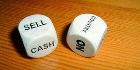 Zwei Würfel Aufschrift Sell Cash Country NO