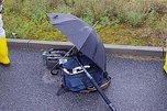 Eine Kamera mit Regenschirm geschützt
